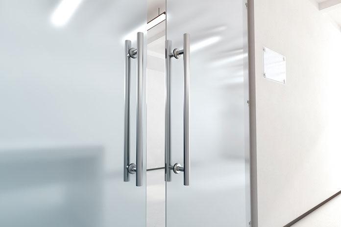 Drzwi szklane czy przeszklone? Poznaj najważniejsze zalety