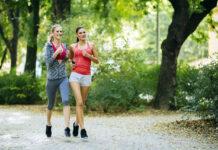Dwie młode kobiety biegające po parku